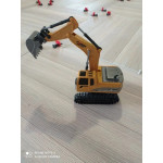 Мини багер с дистанционно управление, напълно функционален модел който може да се движи, да се върти и да загребва пясък и др.