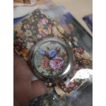 Дамски часовник с циферблат на цветя който се допълва чудесно от каишка връзка от текстил с цветен флорален принт и избор от 16 вида