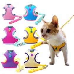 Нагръдник с каишка в бонбонени цветове за безопасно разхождане на малко куче или котка.