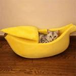 Плюшена хралупа, меко и топло легло за котка или малко куче с формата на банан в   три различни размера