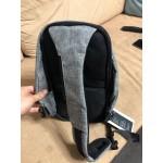 Мъжка чанта с презрамка за рамото и водоустойчиво покритие и скрит цип срещу кражби.