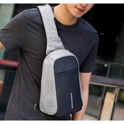 Лятна мъжка чанта с презрамка за рамото и водоустойчиво покритие и скрит цип срещу кражби.