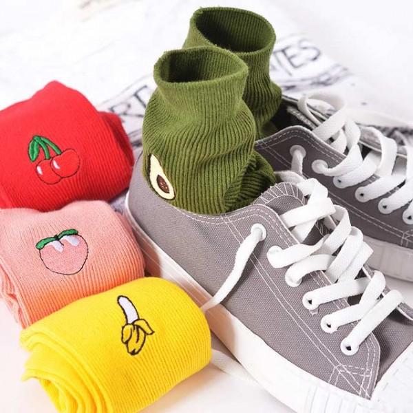 Памучни дълги чорапи със забавни бродерии на плодове:банан, авокадо ,череша, праскова